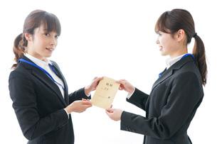 若いビジネスウーマンと給料の写真素材 [FYI04722807]