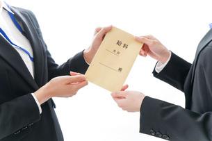 若いビジネスウーマンと給料の写真素材 [FYI04722808]