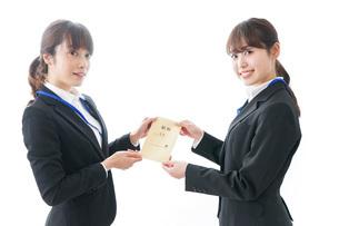 若いビジネスウーマンと給料の写真素材 [FYI04722810]