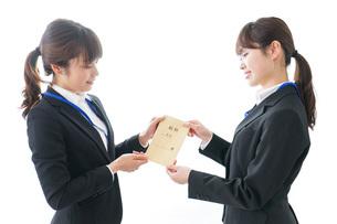 若いビジネスウーマンと給料の写真素材 [FYI04722812]