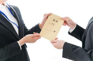 若いビジネスウーマンと給料の写真素材 [FYI04722816]
