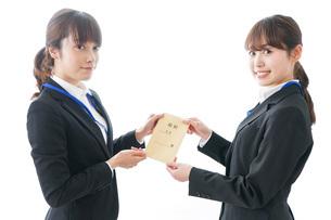 若いビジネスウーマンと給料の写真素材 [FYI04722817]
