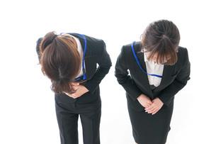 謝罪・お辞儀をするビジネスパーソンの写真素材 [FYI04722879]