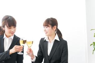 お酒を飲む若い女性の写真素材 [FYI04722918]