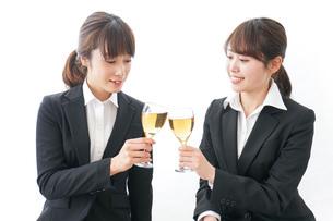 お酒を飲む若い女性の写真素材 [FYI04722920]