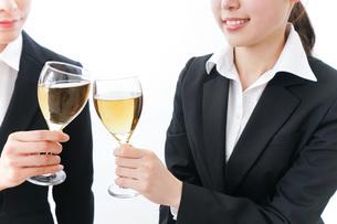 飲み会をする若手社員の写真素材 [FYI04722922]