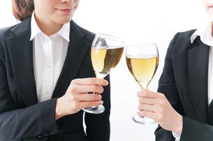 飲み会をする若手社員の写真素材 [FYI04722928]