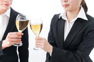 飲み会をする若手社員の写真素材 [FYI04722929]