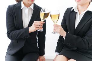 飲み会をする若手社員の写真素材 [FYI04722932]