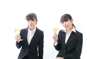 飲み会をする若手社員の写真素材 [FYI04722934]