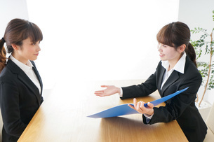 ビジネスミーティングをするビジネスウーマンの写真素材 [FYI04722978]