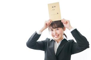 給料をもらい喜ぶビジネスウーマンの写真素材 [FYI04723005]