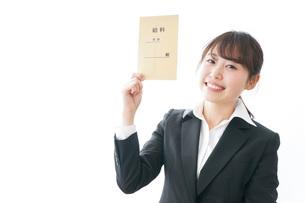 給料をもらい喜ぶビジネスウーマンの写真素材 [FYI04723010]