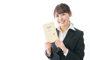 給料をもらい喜ぶビジネスウーマンの写真素材 [FYI04723011]