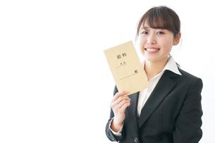給料をもらい喜ぶビジネスウーマンの写真素材 [FYI04723013]