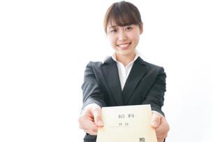 給料をもらい喜ぶビジネスウーマンの写真素材 [FYI04723014]