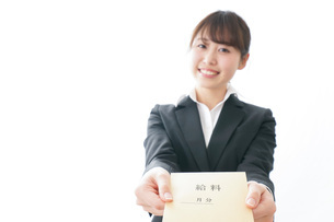 給料をもらい喜ぶビジネスウーマンの写真素材 [FYI04723015]