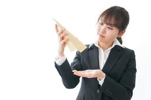 給与に不満を抱く女性・ベースアップ・春闘イメージの写真素材 [FYI04723016]