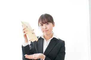 給与に不満を抱く女性・ベースアップ・春闘イメージの写真素材 [FYI04723018]