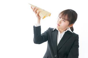 給与に不満を抱く女性・ベースアップ・春闘イメージの写真素材 [FYI04723019]