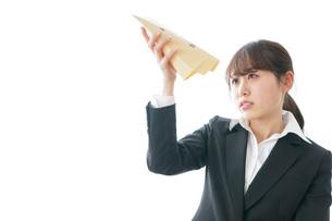 給与に不満を抱く女性・ベースアップ・春闘イメージの写真素材 [FYI04723021]