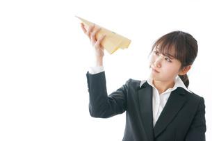 給与に不満を抱く女性・ベースアップ・春闘イメージの写真素材 [FYI04723022]