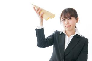 給与に不満を抱く女性・ベースアップ・春闘イメージの写真素材 [FYI04723023]