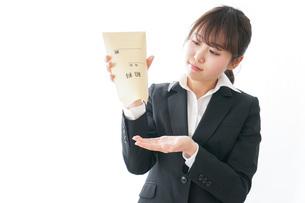給与に不満を抱く女性・ベースアップ・春闘イメージの写真素材 [FYI04723028]