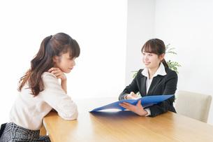外回りの営業をする女性の写真素材 [FYI04723056]