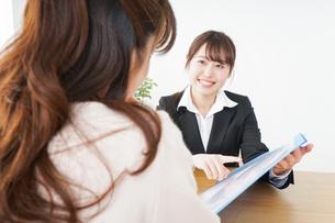 外回りの営業をする女性の写真素材 [FYI04723061]