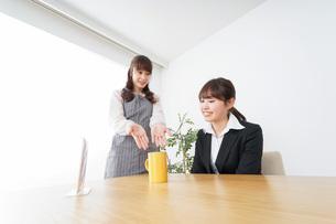 カフェで働く女性の写真素材 [FYI04723071]