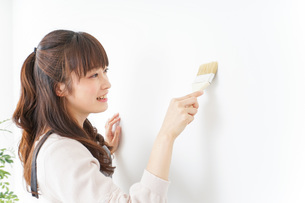 DIY・ペンキを塗る女性の写真素材 [FYI04723078]
