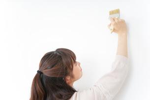 DIY・ペンキを塗る女性の写真素材 [FYI04723085]