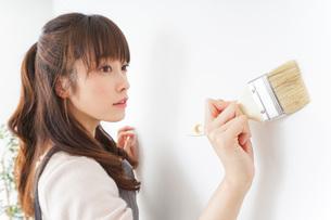DIY・ペンキを塗る女性の写真素材 [FYI04723087]