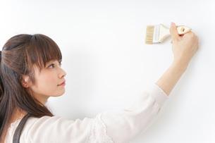 DIY・ペンキを塗る女性の写真素材 [FYI04723092]
