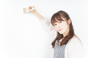 DIY・ペンキを塗る女性の写真素材 [FYI04723093]