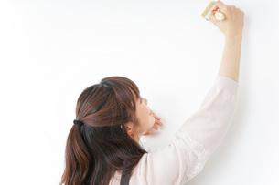 DIY・ペンキを塗る女性の写真素材 [FYI04723095]