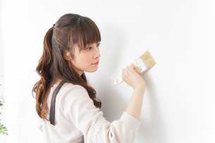 DIY・ペンキを塗る女性の写真素材 [FYI04723096]