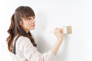 DIY・ペンキを塗る女性の写真素材 [FYI04723097]