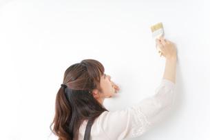 DIY・ペンキを塗る女性の写真素材 [FYI04723098]
