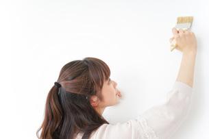 DIY・ペンキを塗る女性の写真素材 [FYI04723102]
