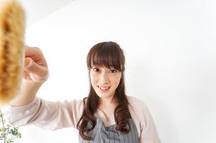 DIYをする女性の写真素材 [FYI04723108]