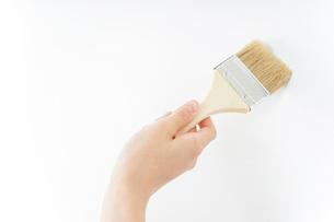 DIY・ペンキを塗る女性の写真素材 [FYI04723118]