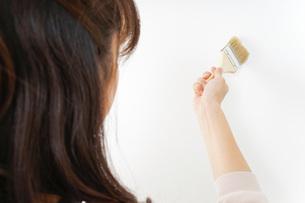 DIYをする女性の写真素材 [FYI04723119]