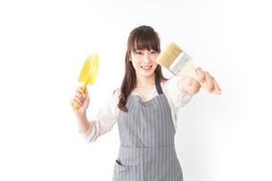 DIYをする若い女性の写真素材 [FYI04723128]