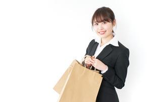 ショッピングをする若いビジネスウーマンの写真素材 [FYI04723140]