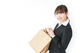 ショッピングをする若いビジネスウーマンの写真素材 [FYI04723141]