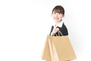 ショッピングをする若いビジネスウーマンの写真素材 [FYI04723144]