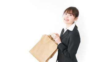 ショッピングをする若いビジネスウーマンの写真素材 [FYI04723145]