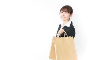 ショッピングをする若いビジネスウーマンの写真素材 [FYI04723146]